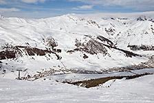 Livigno wije się w dolinie, widok ze stoków od strony Mottolino