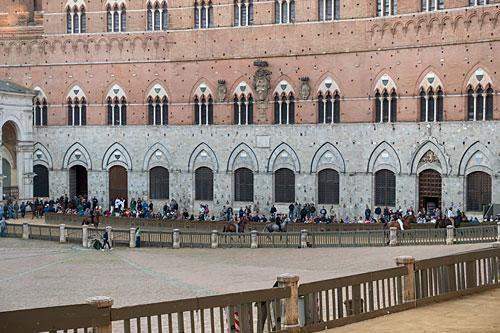 Wierzchowce wychodzą z Palazzo Pubblico